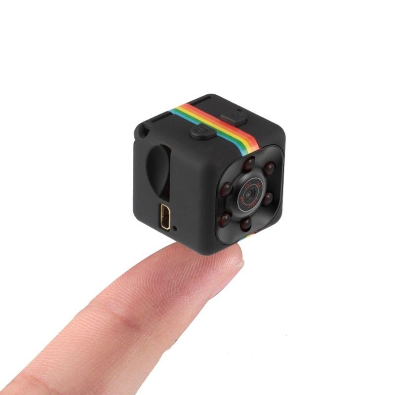 Mini caméra noire sur un doigt