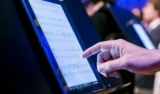 Musicien: Tablette tactile extra large comme partition musicale